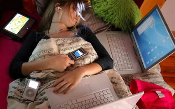 El 'tecnoestrés' estar siempre en línea, contestar a correos electrónicos, whatsapps
