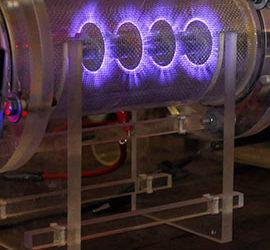 El estado más cercano al plasma (gas ionizado) es el gas