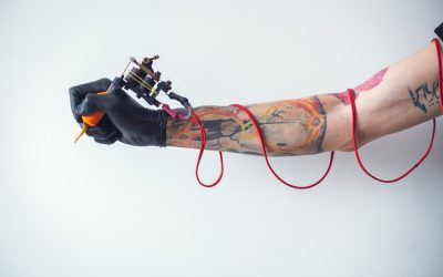 Las partículas de metal que se desprenden de las agujas para tatuajes también penetran en el organismo