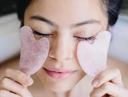 Gua Sha, técnica China de masaje y drenaje para el contorno de ojos